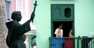 A tu casa llegran y tus leyes querran cambiar (Spanish)